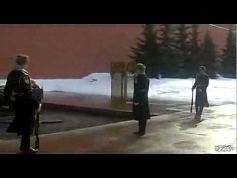 ド派手にコケても平然を装うロシア軍おもしろ動画