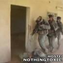 ドロップキックを炸裂させて突入するアメリカ軍