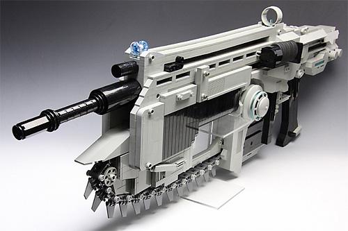 チェンソーの前面 レゴで作られた銃 ギアーズオブウォーのランサーアサルトライフルを再現