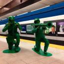リアルすぎるアーミーメンが地下鉄を占拠