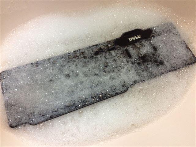 キーボード本体を洗剤で洗う