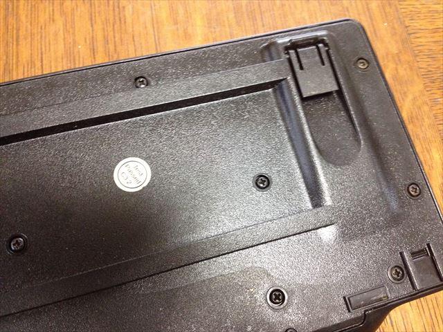 キーボード裏面のネジを外す
