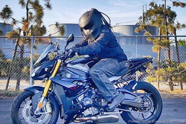 プレデターのヘルメット装着例