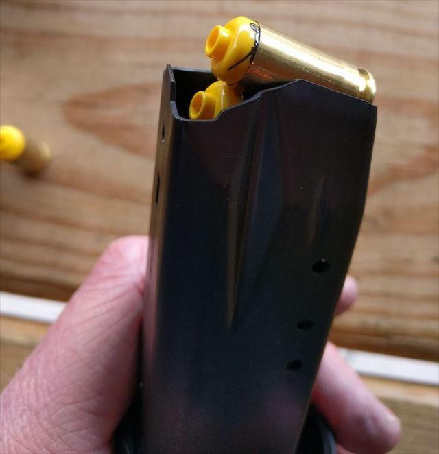 マガジンに装てんされるレゴ弾