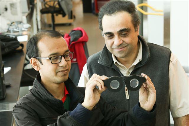 スマートメガネを開発したユタ大学の電気・コンピュータ工学教授Carlos Mastrangelo氏と博士課程の学生Nazmul Hasan氏