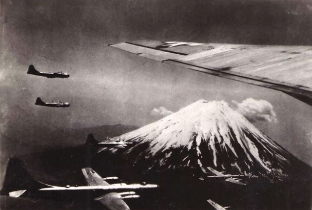 富士山の上空を飛ぶB-29爆撃機【黒富士】