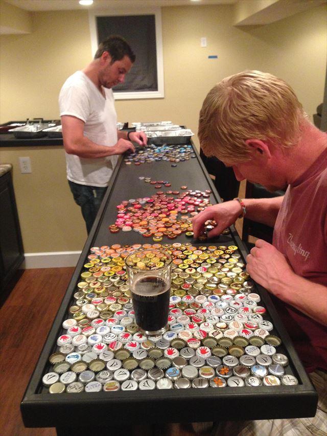 ビール瓶のキャップを並べる