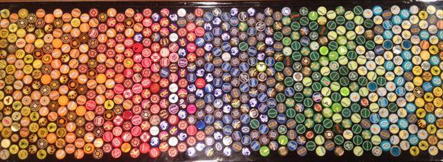 虹色に配色されたビール瓶のキャップ