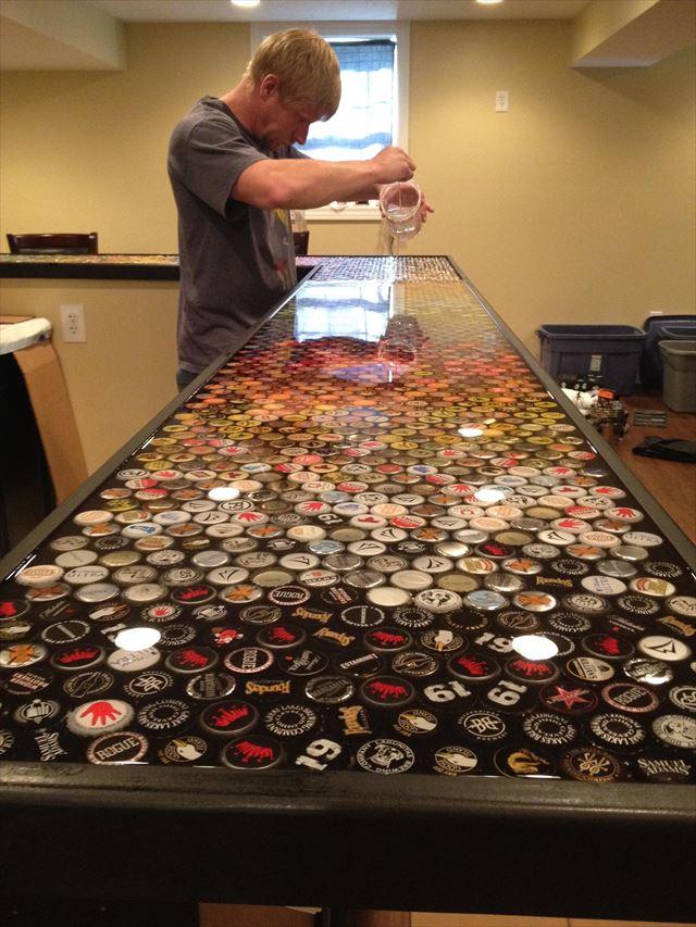 ビール瓶のキャップを並べ樹脂を固める