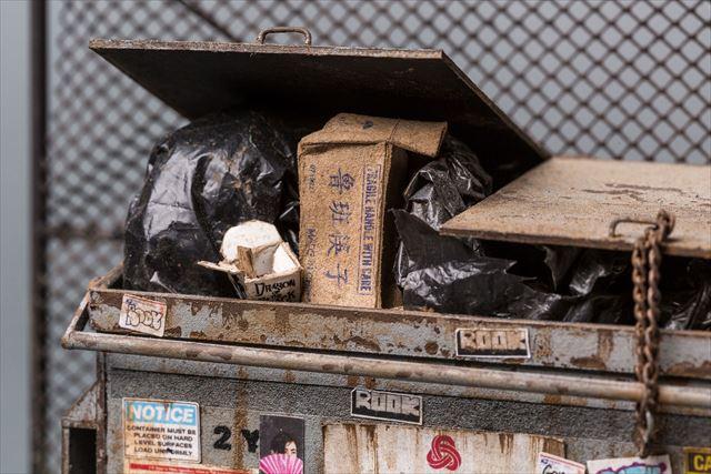 ゴミ箱の中まで詳細に再現されたゴミ箱のミニチュア