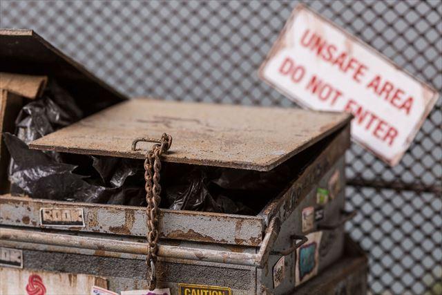 錆びたゴミ箱のミニチュア