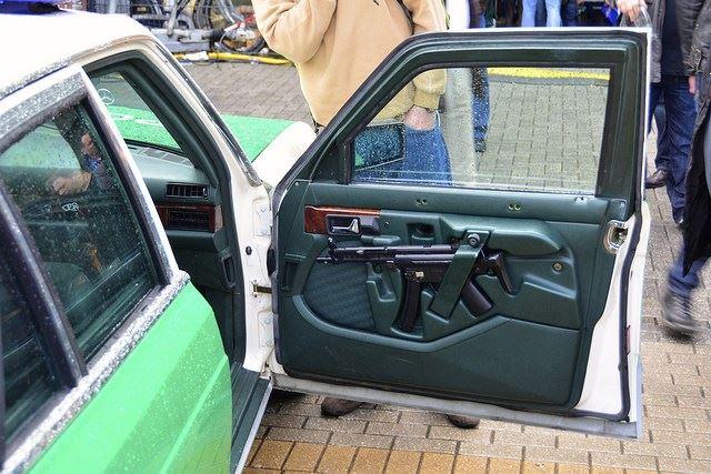 ドイツのパトカーに装備されたMP5
