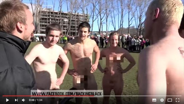 全裸のラグビーの男性選手をインタビュー