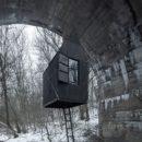 橋の下に住むのはホームレスではない橋の下に家を建てる【Black Flying House】