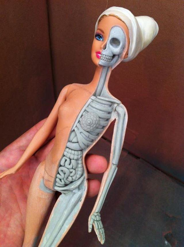 バービー人形の人体模型を彫刻 改造プロセス