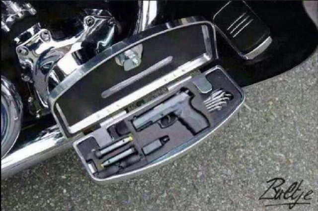 ハーレーのフットステップカスタムで隠されるハンドガンケースと拳銃