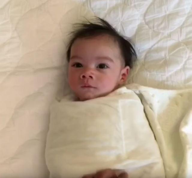 毛布に包まった赤ちゃん 赤ちゃんバンザイの毛布を取る動画が可愛いすぎて悶絶級【赤ちゃん動画】
