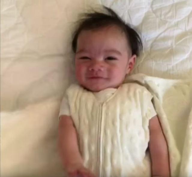 毛布がなくなる 赤ちゃんバンザイの毛布を取る動画が可愛いすぎて悶絶級【赤ちゃん動画】