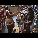 銃を持った強盗犯をフルボッコにする店主さんがカッコいい
