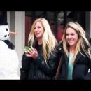 雪だるまが通行人を驚かすドッキリ映像