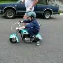 ハーレーに乗る5歳の少年