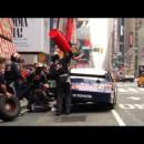 タイムズスクエアでピットインするナスカー(NASCAR)