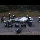 F1のピットストップ中に熊に襲われるピットクルー